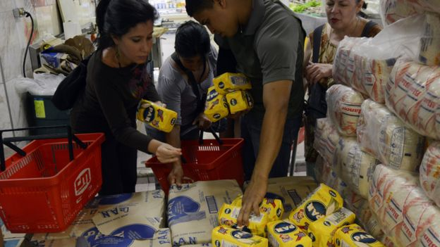 La crisis económica en Venezuela ha hecho que conseguir Harina PAN sea un arduo trabajo de filas y estrés. FOTO: AFP.
