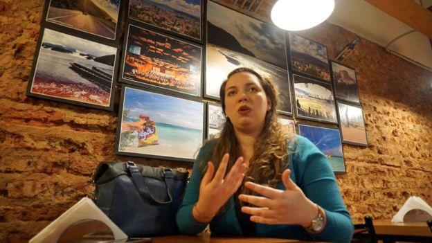 Ana Pisani es la cofundadora de Locos por las arepas. Emigró y, como casi todo venezolano lo primero que buscó cuando llegó hace 6 años a Buenos Aires fue una arepera. FOTO: BBC Mundo