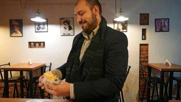 El venezolano creció con la arepa. Comen, si pueden, todos los días. A veces más de dos veces por día. FOTO: BBC Mundo