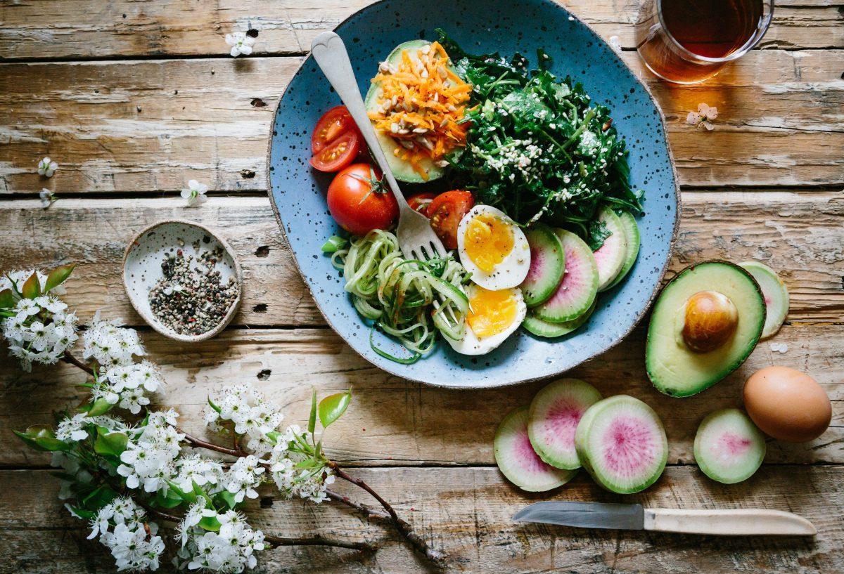 Elige los carbohidratos de manera inteligente, especialmente los vegetales, granos enteros y frutas.