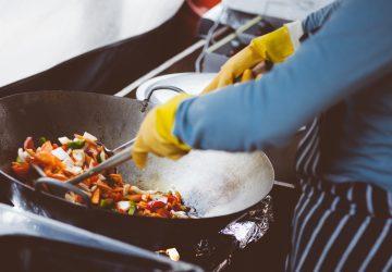 Hoy, los restaurantes necesitan la ayuda de todos para seguir alimentando a los damnificados y a toda la gente que presta ayuda de manera voluntaria.