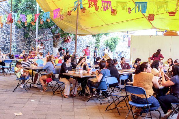 """""""Cuatatapa"""", una palabra náhuatl que quiere decir """"desaliñado"""", se usaba como un sobrenombre despectivo para los habitantes de San Lucas Xochimanca. En 1997, la primera Muestra Gastronómica y Cultural Cuatatapa sucedió como un esfuerzo de reclamar el nombre y de infundir un sentimiento de orgullo en la comunidad."""