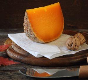 El queso mimolette es un queso de leche de vaca producido en Francia.