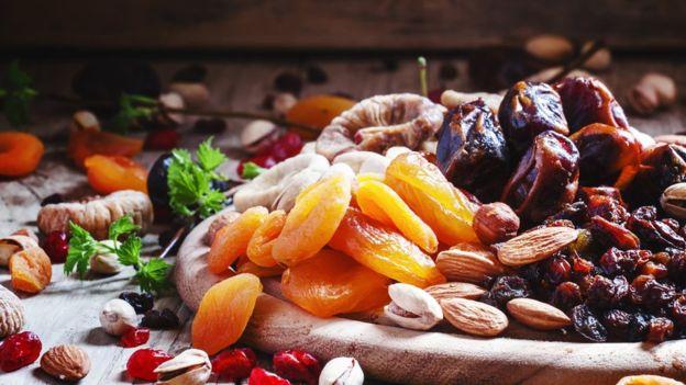 """Para lidiar con los """"ataques de hambre"""" los nutricionistas sugieren tener a mano opciones como uvas pasas, albaricoques o damascos secos, dátiles, nueces de Brasil y fruta deshidratada."""