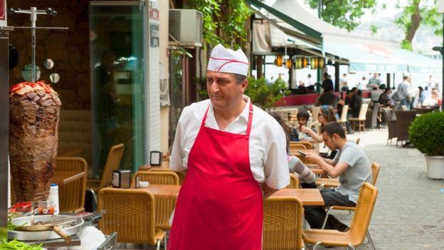 Puedes encontrar kebabs en restaurantes y cafeterías.