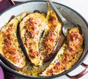 Berenjenas rellenas de salchicha, perfectas para una cena exprés.