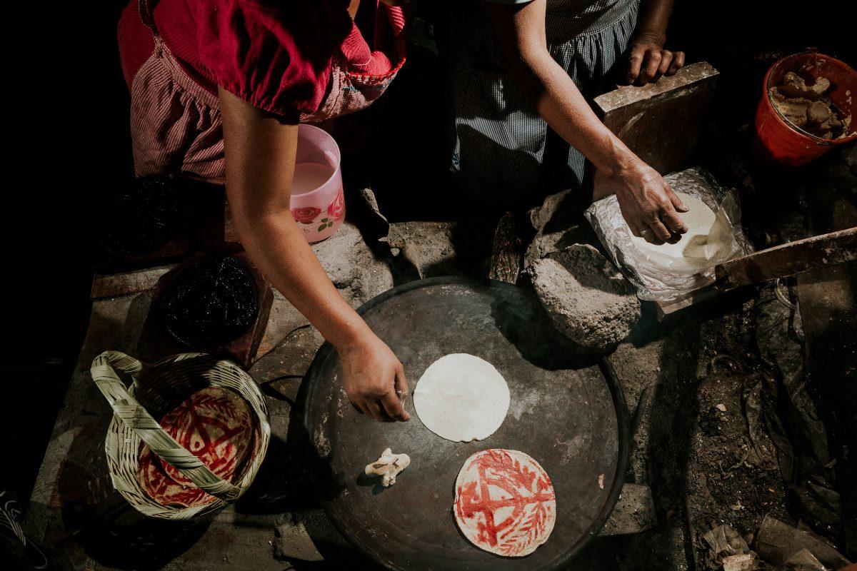 cocineras haciendo tortilla otomíes