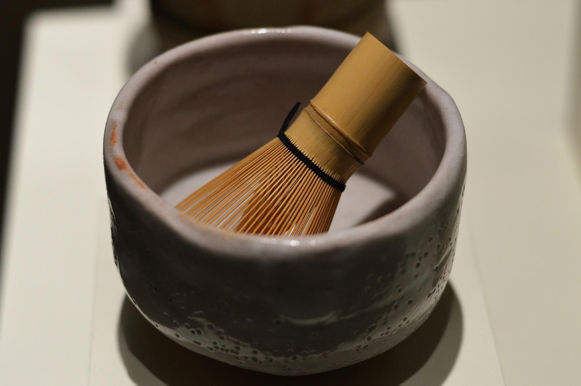 Chawan es el bowl o cuenco en donde se prepara la matcha y chasen, batidor de bambú para las ceremonias de té.