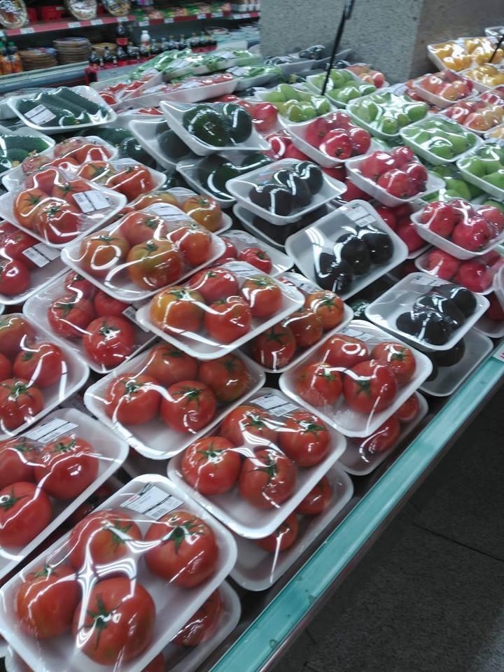 Vegetales cubiertos de unicel y plástico aumentando la contaminación.