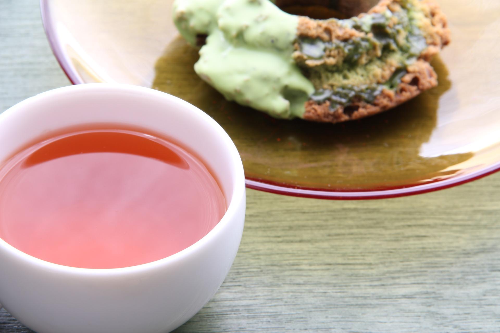 Infusiones de tés y tisanas pueden tener un maridaje dulce o salado. Aquí una infusión acompañada de dona de matcha