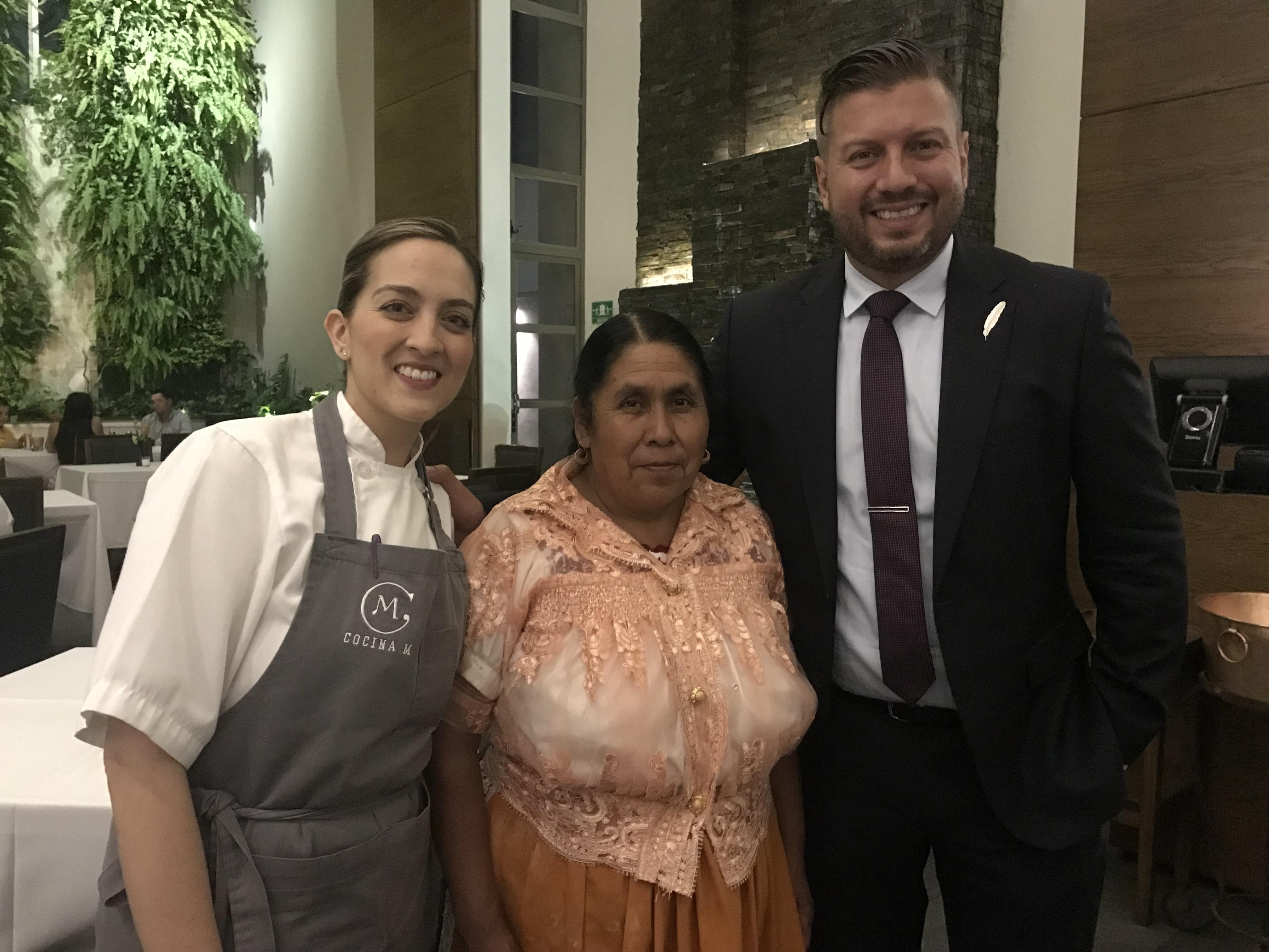 Mariana Valencia, Juanita Bravo y Marino Collazos en Cocina M. Uruapan, Michoacán