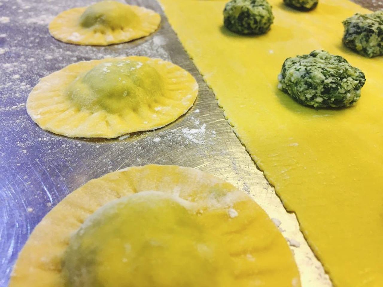 Preparación de Agnolottis en la comida italiana