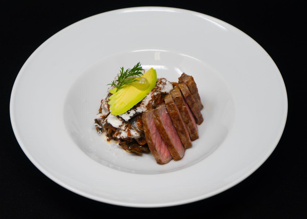 en búsqueda del mejor platillo mexicano: carne de res con fideo seco y aguacate.