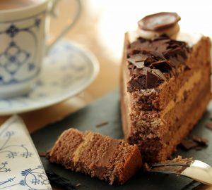 Desayunar pizza y pastel de chocolate para bajar de peso