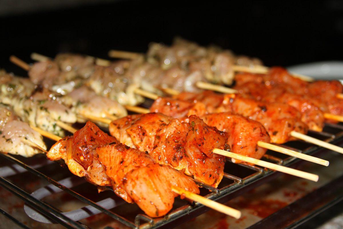 Marinar carne para hacer brochetas con sabor picante