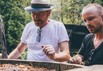Aaron Paul y Bryan Cranston viendo el palenque donde se produce su mezcal. Breaking Bad