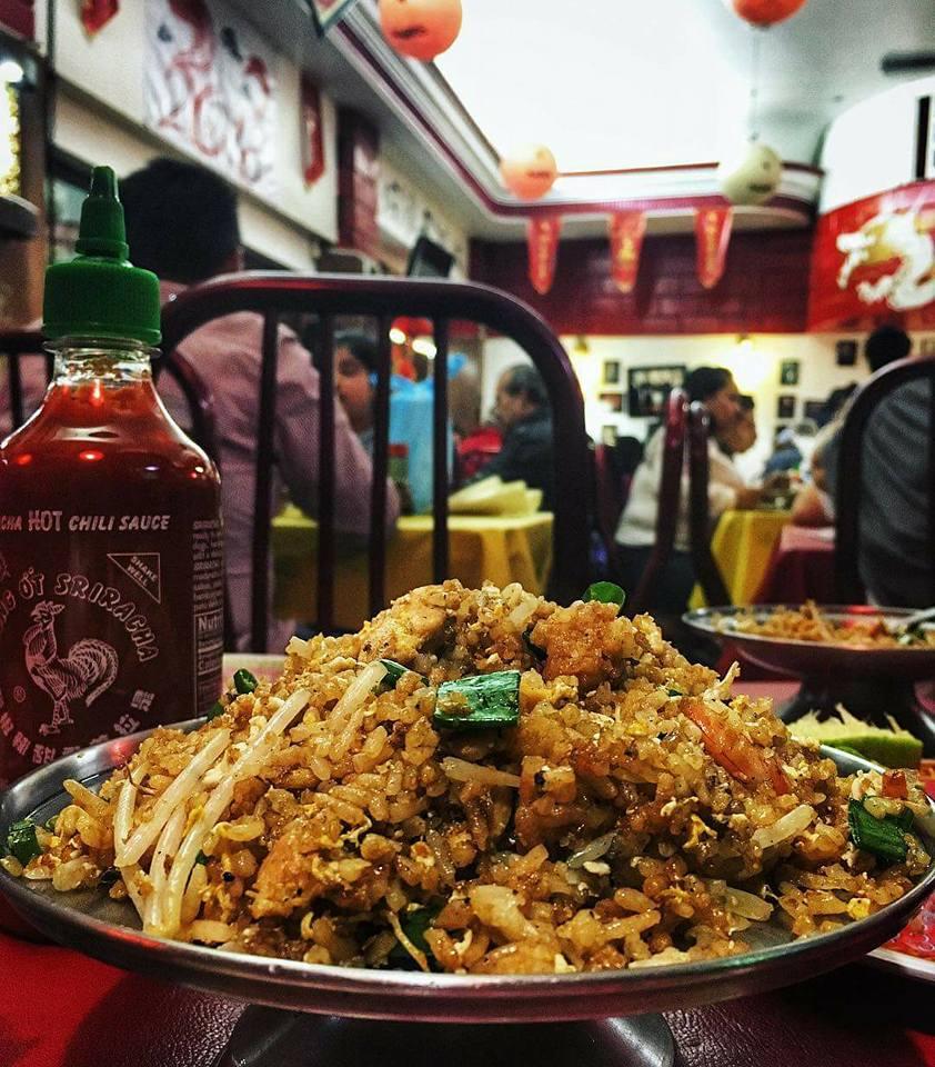 personas comiendo en el barrio chino de la cdmx
