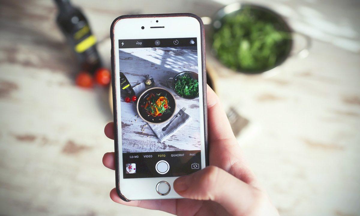 datos ilimitados movistar. celular tomando fotos de comida