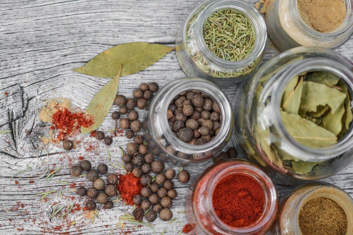 ingredientes que debes tener en tu alacena para cocinar en casa  frascos con especias